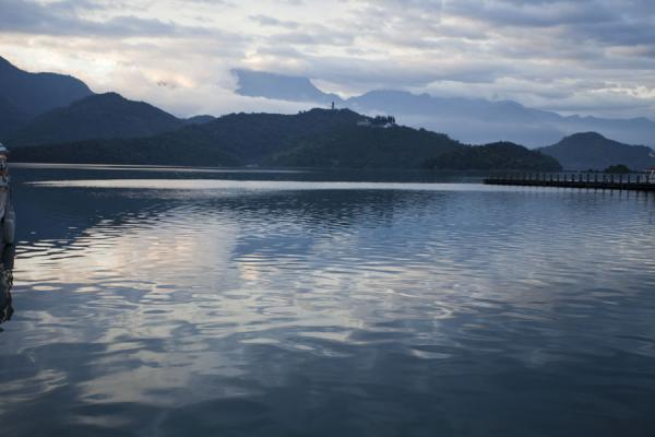 Tranquil waters of Sun Moon Lake in the early morning | Sun Moon Lake | Taiwán