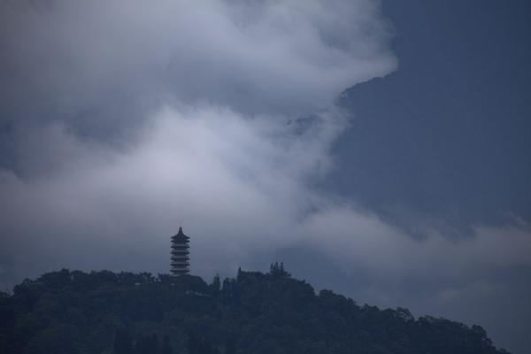 Ci Hen Pagoda surrounded by mountains and clouds | Sun Moon Lake | Taiwán
