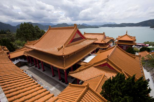 的照片 台湾 (Wen Wu Temple in the foreground, with Sun Moon Lake in the background)