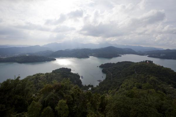 Photo de Sun Moon Lake seen from the tall Ci Hen Pagoda on the southern side of the lake - Taiwan - Asie