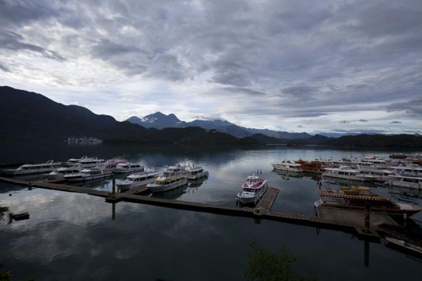 Foto van View of the harbour of Shuishe Village with boats and Sun Moon LakeSun Moon Lake - Taiwan