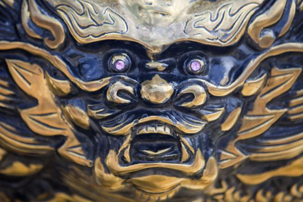Close-up of an animal head on the main incense burner in front of the main entrance of Wen Wu Temple | Sun Moon Lake | Taiwán