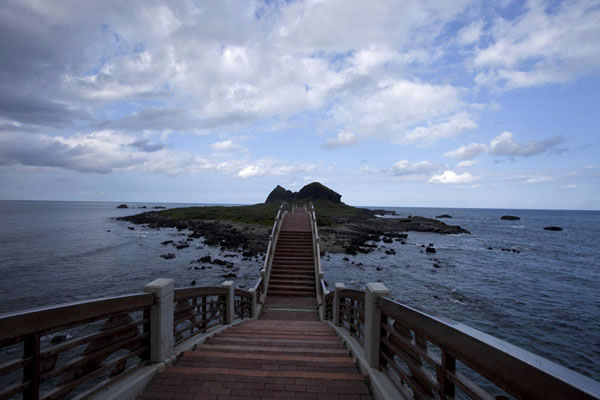 Picture of East Coast Scenic Area (Taiwan): The Platform of the Three Immortals seen from the arched bridge