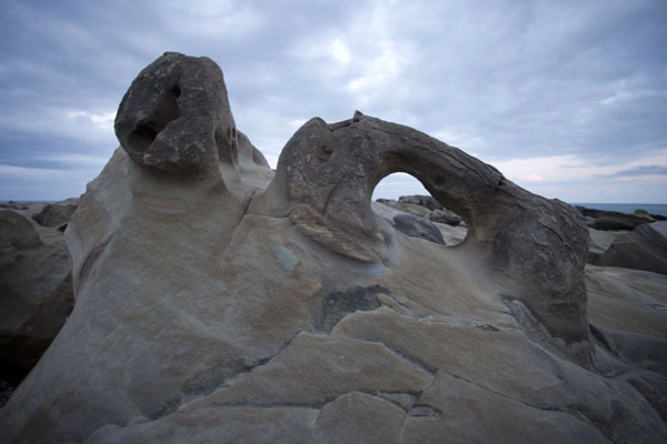 Foto de Curiously shaped rock formations at Hsiao Yeliu, or Small YeliuEast Coast - Taiwán