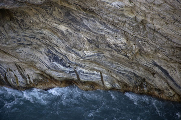 Foto van Marble wall at a particularly narrow section of Taroko GorgeTaroko Gorge - Taiwan