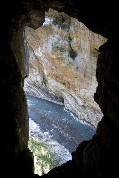 Foto de Looking through an opening in the rocks with vertical marble wallsTaroko Gorge - Taiwán