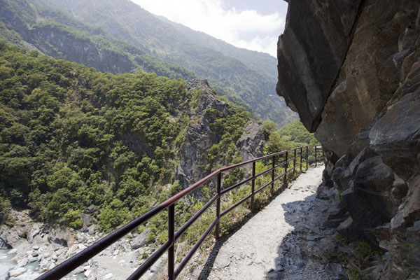 Foto van Balcony with views of the gorge on the Lüshui-Heliu trailTaroko Gorge - Taiwan