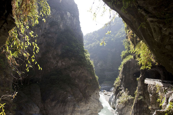 Foto van Looking east at the narrow section of Taroko Gorge near Swallow GrottoTaroko Gorge - Taiwan