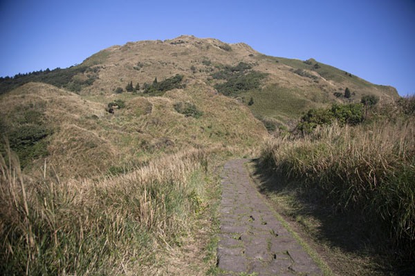 Foto van Stone trail leading straight to Mount QixingYangmingshan National Park - Taiwan