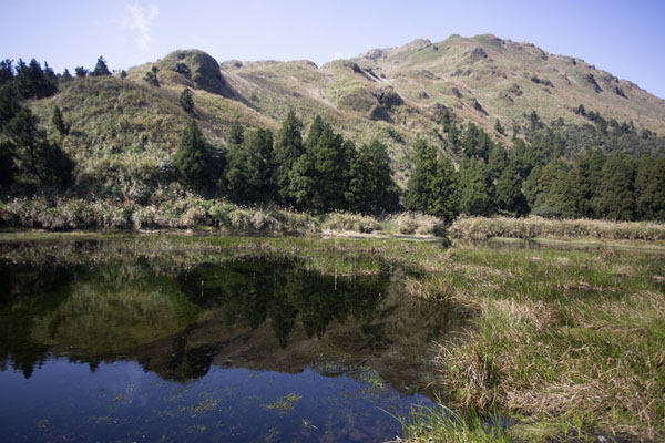 Menghuan Pond with Mount Qixian in the background | Yangmingshan National Park | 台湾