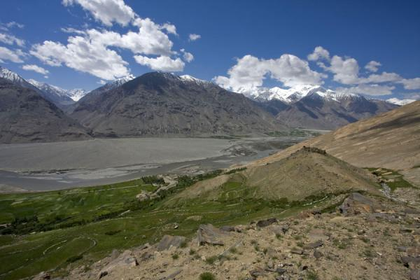 Foto van Tadzjikistan (Mountains with green valley and Pamir river with Abrashim Qala)