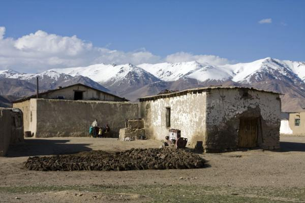 Picture of Bulunkul (Tajikistan): Bulunkul houses with mountains in the background