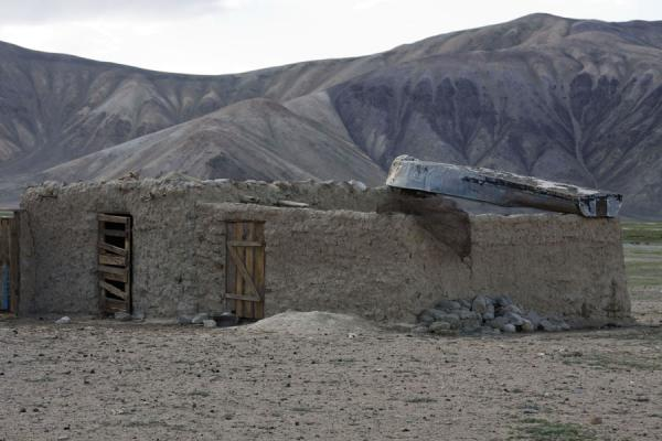 Picture of Bulunkul (Tajikistan): Typical house in Bulunkul with boat on its roof