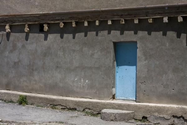 Picture of Istaravshan Old Town (Tajikistan): Grey wall with blue door in the old town of Istaravshan