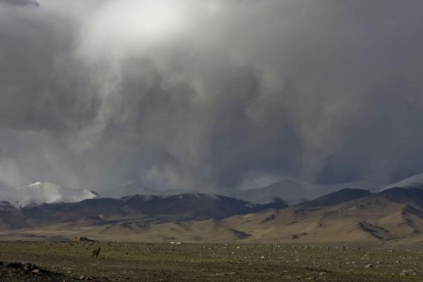 Foto van Threatening sky looming over the mountains near Lake Kara KulKarakul - Tadzjikistan