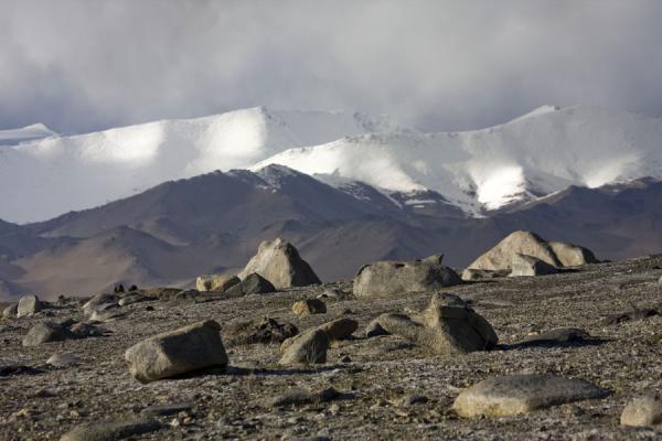 Picture of Lake Kara Kul (Tajikistan): Large boulders and snow-capped mountains at Lake Kara Kul