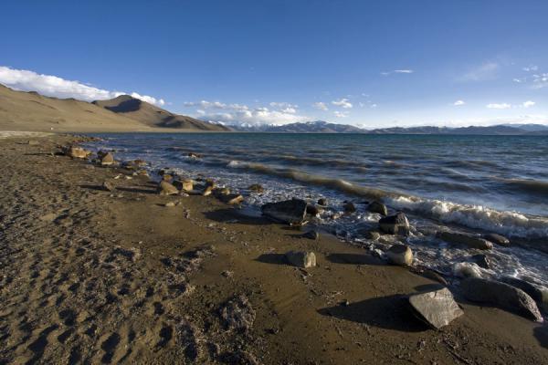 Picture of Lake Kara Kul (Tajikistan): Rocks on a sandy beach of Lake Kara Kul