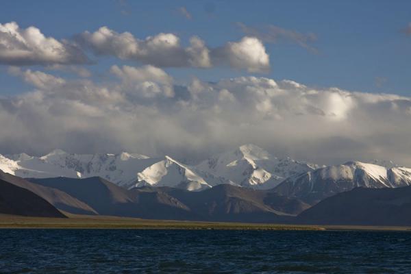 Foto di Tagikistan (Lake Kara Kul and mountains)