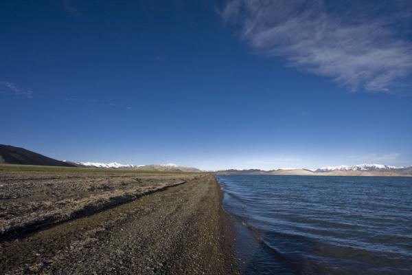 Picture of Lake Kara Kul (Tajikistan): Pebbly beach of Lake Kara Kul