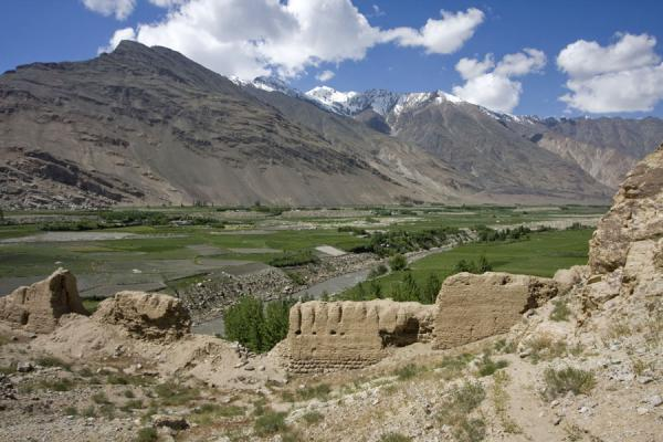 Foto van Wakhan valley with the ruins of Khakha fortress in the foregroundNamadguti - Tadzjikistan