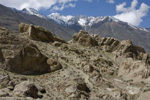 Foto di Ruins of Khakha fortress with the wild Hindu Kush mountains in the backgroundNamadguti - Tagikistan