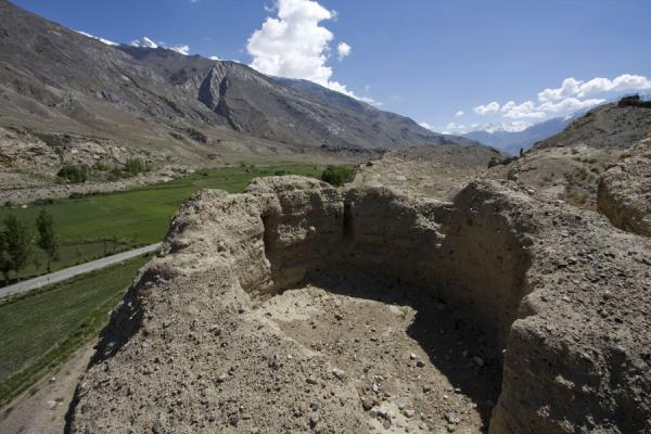 Foto van Ruins of Khakha fortress with road and Wakhan valleyNamadguti - Tadzjikistan