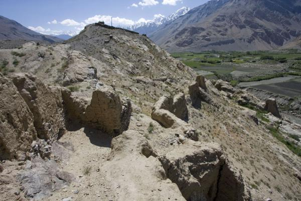 Foto di Remains of wall that once surrounded Khakha fortressNamadguti - Tagikistan
