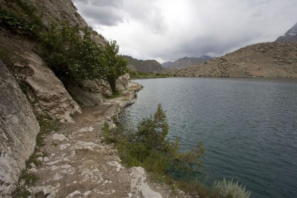 Picture of Marguzor lakes (Tajikistan): A narrow path leading right next to the seventh Marguzor Lake