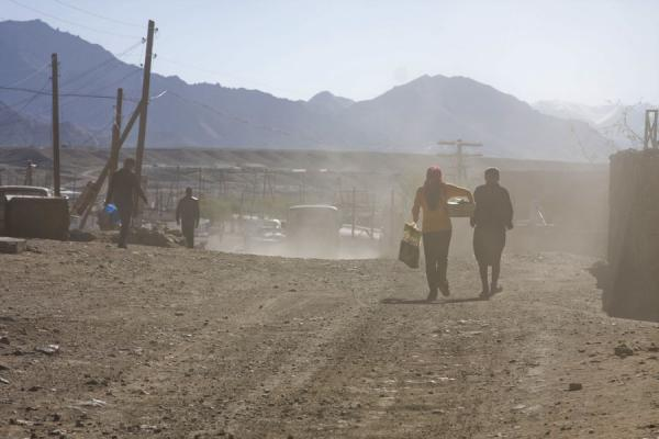 Foto di People walking the dusty streets of MurgabMurgab - Tagikistan
