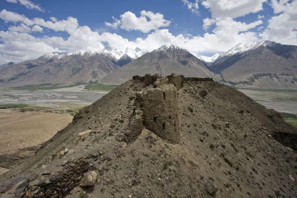 Foto van Hill with Yamchun fortress, Wakhan valley, and the Hindu KushYamchun - Tadzjikistan