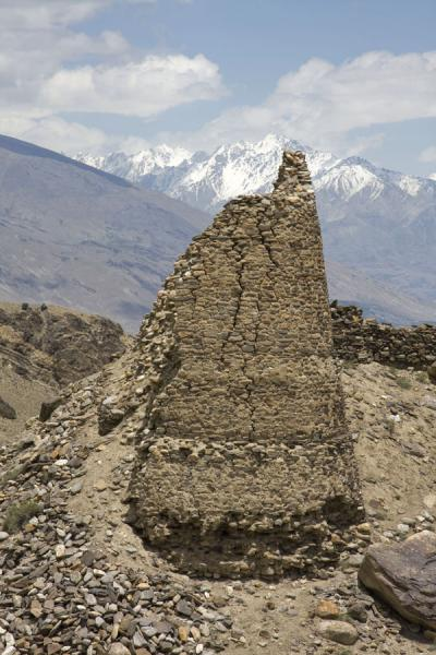 Foto van One of the round watchtowers of Yamchun fortressYamchun - Tadzjikistan