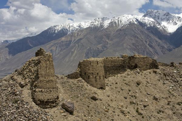 Foto van Watchtowers and walls of Yamchun fortress with the wild Afghan mountainsYamchun - Tadzjikistan