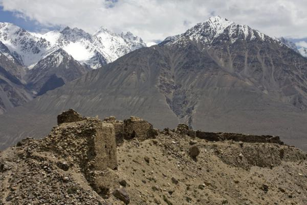 Foto van Wall and towers of Yamchun fortress with Hindu KushYamchun - Tadzjikistan