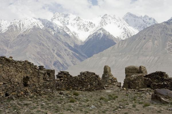 Foto di Hindu Kush mountains with a wall of Yamchun fortress in the foregroundYamchun - Tagikistan