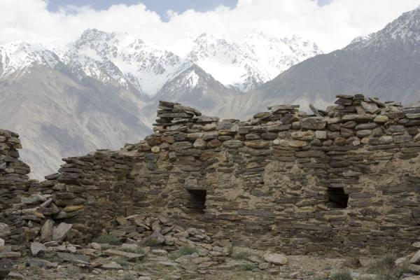 Picture of Wall of Yamchun fortress with mountains in the backgroundYamchun - Tajikistan