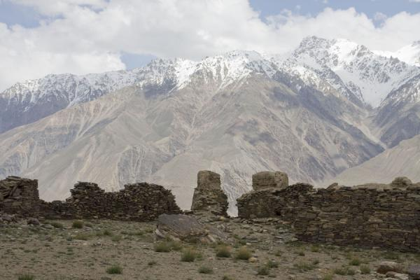 Foto van Walls of Yamchun fortress with Hindu Kush mountains in the backgroundYamchun - Tadzjikistan