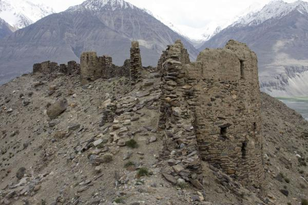 Foto van Ruins of Yamchun fortress clinging to the hillYamchun - Tadzjikistan