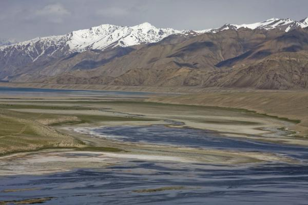 Foto van Looking towards Yashil Kul from the east with snow-capped mountainsYashil Kul - Tadzjikistan