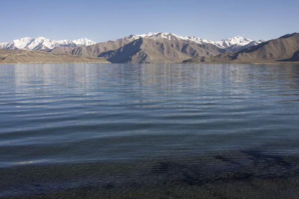 Foto van The clear waters of Yashil Kul with snow-capped mountains as a backdropYashil Kul - Tadzjikistan