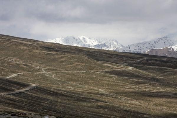 Foto van Road leading over the slopes of Yashil KulYashil Kul - Tadzjikistan