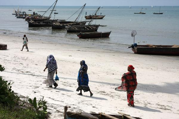 Foto van Tanzania (Walking the beach at Bagamoyo: three colourfully dressed women)