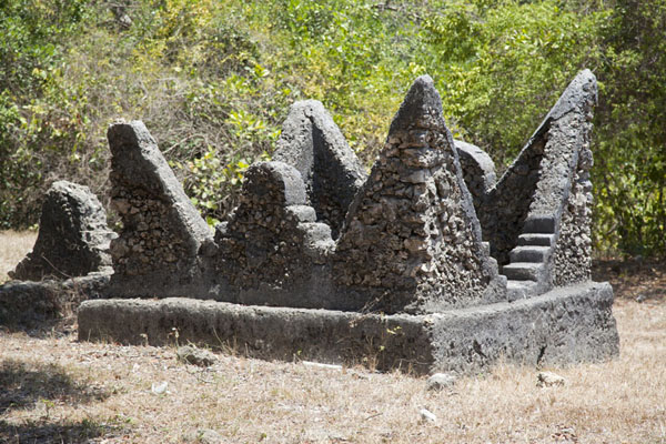 Grave with pointy shape at Kunduchi | Kunduchi ruins | 坦尚尼亚