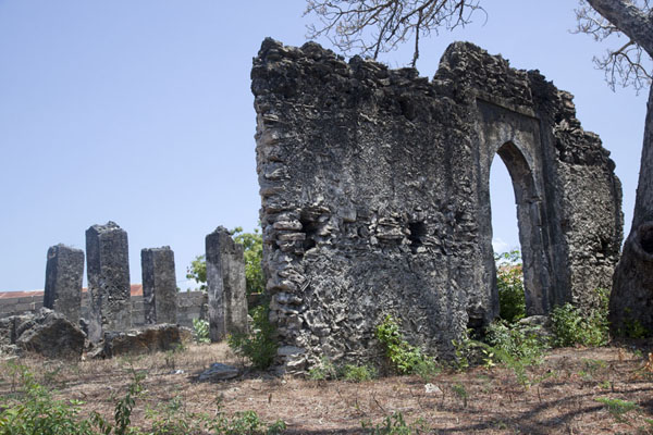 The entrance wall and pillars are all that remains of the ancient mosque | Ruine di Kunduchi | Tanzania