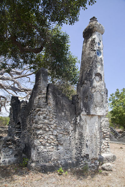 Foto van Pillared tomb at the graveyard of Kunduchi - Tanzania - Afrika