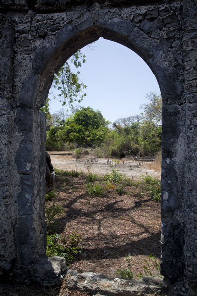 Looking through the entrance of the ancient mosque | Ruine di Kunduchi | Tanzania
