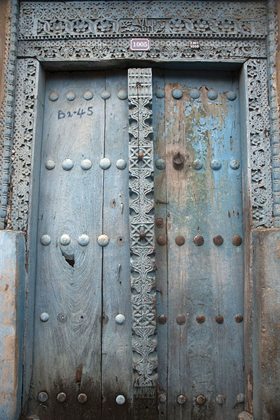 Decorated wooden door in a house in Stone Town - 坦尚尼亚
