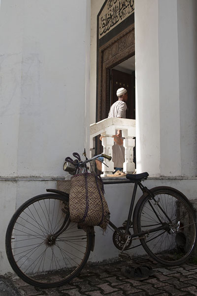 Foto di Bicycle and devotee at the Friday Mosque of Stone Town - Tanzania - Africa