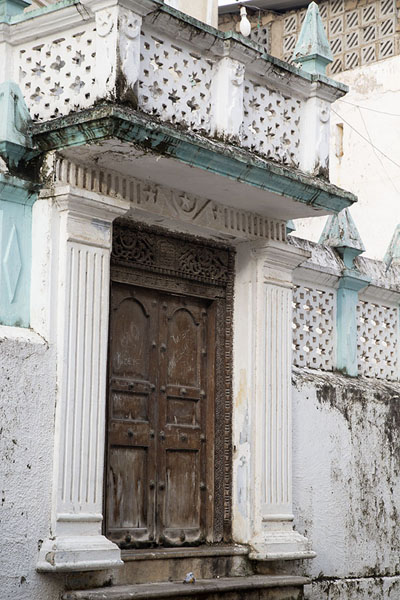 Foto van Wooden door of the 19th century Old Mosque in Stone TownZanzibar City - Tanzania