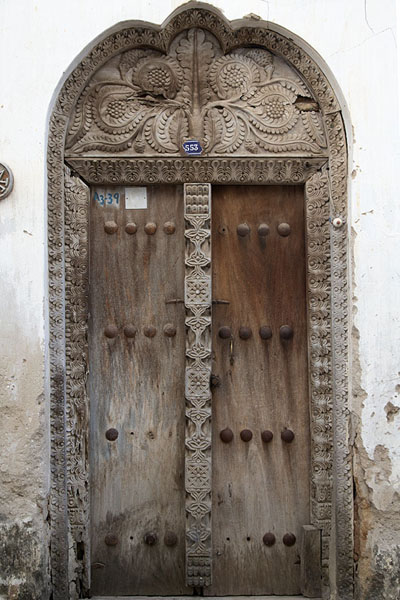 One of the many carved wooden doors of Stone Town - 坦尚尼亚