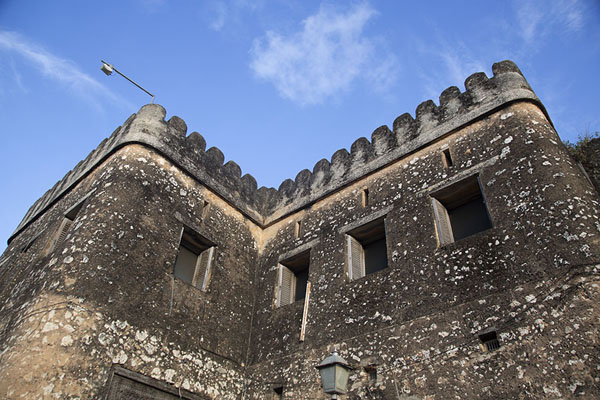 Looking up the walls of the Old Fort of Stone Town - 坦尚尼亚